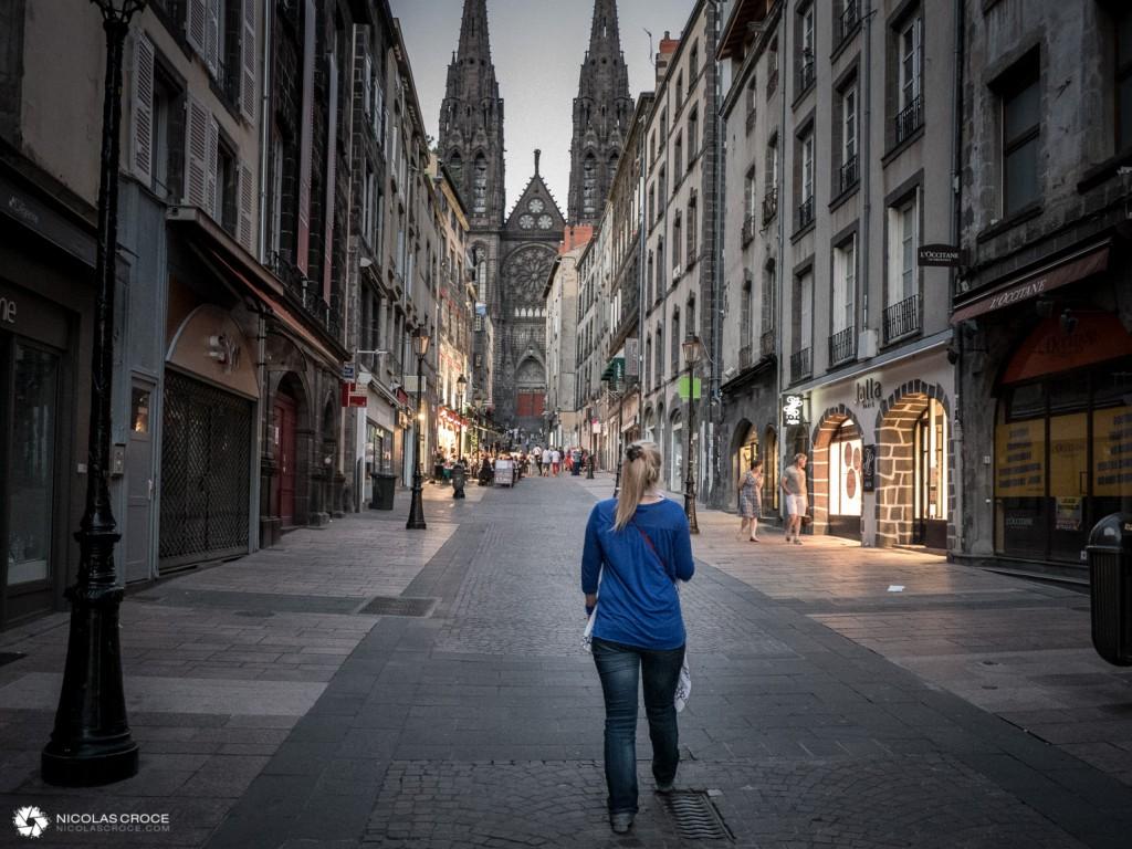 La rue des Gras à Clermont-Ferrand, en remontant vers la cathédrale Notre Dame de l'Assomption